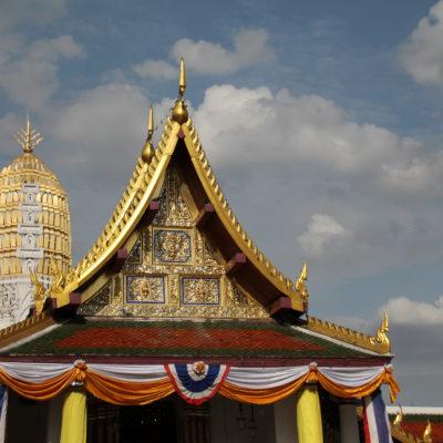 El Wat Phra Si Rattana Mahatat está muy bien cuidado y combina el estilo tailandés con el jemer