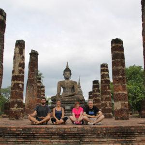 La familia imitando la posición de Buddha, necesitamos un poco de práctica