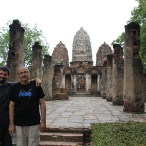 Torres, columnas y buddhas y felicidad paterno-filial