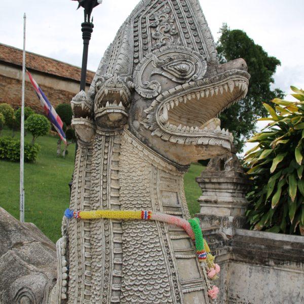 Este dragón de varias cabezas se encarga de vigilar la entrada al templo Pratant Lampang Luang