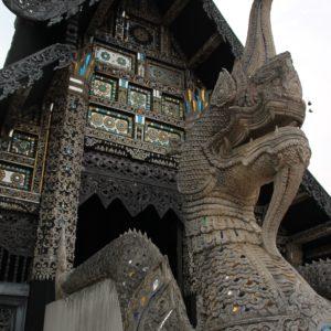 Nos gustó mucho este templo lleno de cristales y detalles en el mismo complejo que el Wat Chedi Luang