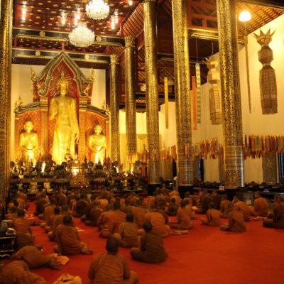 Un poco antes del atardecer los monjes se reunieron para rezar