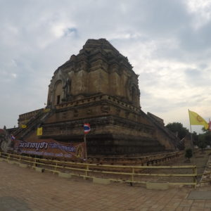 El Wat Chedi Luang nos resultó diferente, nos recordó a una piramide