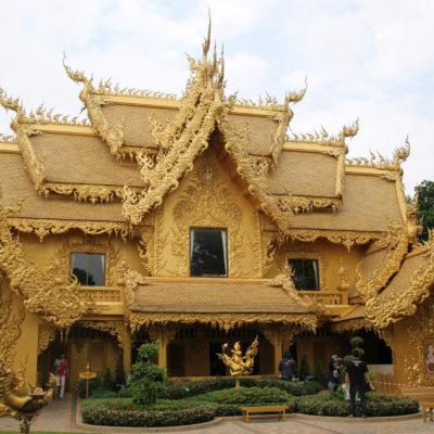Aunque no impresione tanto, el edificio dorado de las inmediaciones del templo también es del mismo estilo