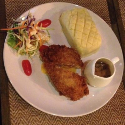 El pollo Cordon Bleu y el puré de patata con salsa, para chuparse los dedos