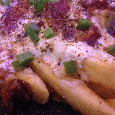 Patatas fritas con queso y bacon, un buen tentempié