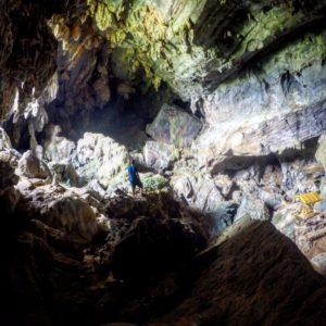 La cueva es grande y un enorme agujero en la pared la ilumina parcialmente