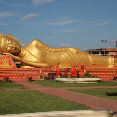 En torno a este buddha reclinado vimos varios monjes en sus tareas cotidianas, como la jardinería