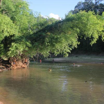 Encontramos muchos niños chapoteando en el río junto a adultos que se bañaban tranquilamente