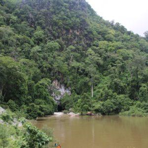 La boca de la cueva que atraviesa toda esta montaña