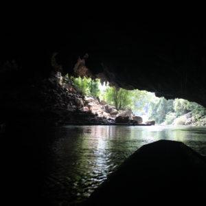 A la que te vas adentrando en la cueva, la luz natural desaparece por completo
