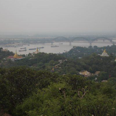 El gran río Irawaddy y el puente que une Mandalay con Sagaing