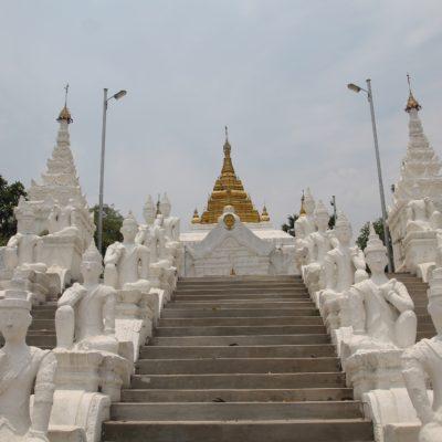 Uno de los templos de Mingun al borde del río
