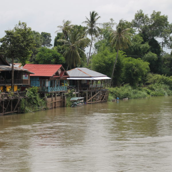 La gran mayoría de casas tienen este tipo de balcón sobre el río Mekong que ofrecen alucinantes vistas