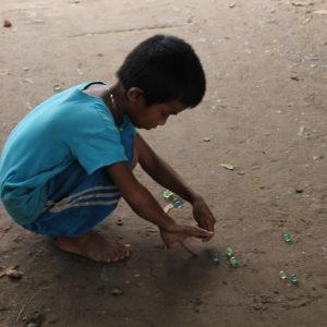 Ver niños jugando con canicas nos recordó a nuestra infancia