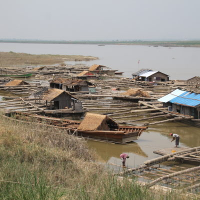 ¿Qué creéis que pueden ser estas construcciones en el río Irawaddy? ¿Barcos, casas...?