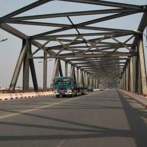 El largo puente que cruza el río Irawaddy