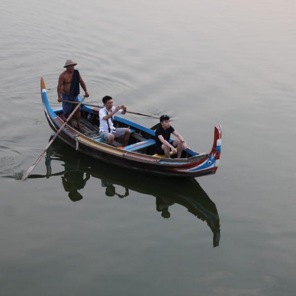Hay quien pasea en los barcos del lago para ver el atardecer