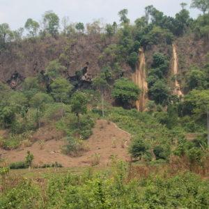 Ya de lejos pudimos ver que las cascadas estaban secas, ya que sólo se veía la marca por donde cae habitualmente el agua