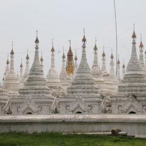 Este montón de pagodas fueron una sorpresa que encontramos al rodear el palacio