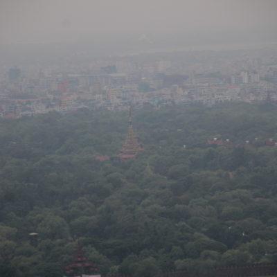La neblina (¿o capa de contaminación?) no nos dejó ver más que esta punta del Palacio Real desde el Mandalay Hill