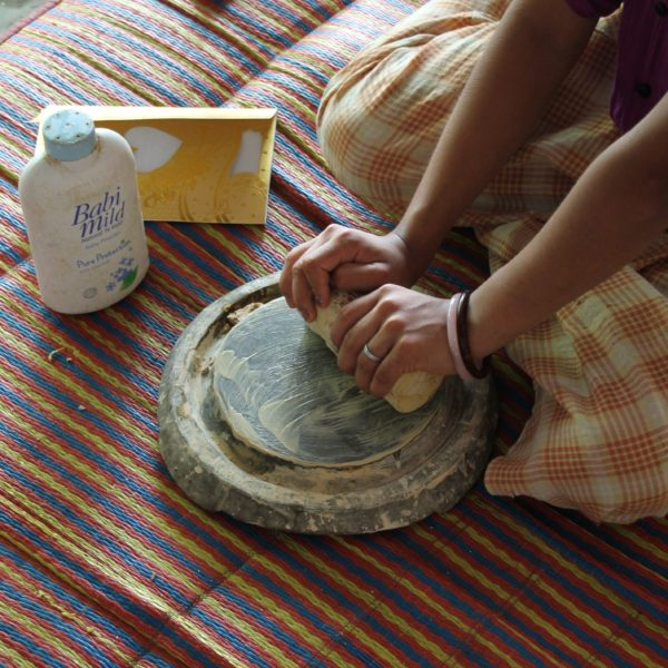 """Y por fín vimos cómo se hacía la thanaka, esa """"crema"""" que utilizan para protegerse del sol"""