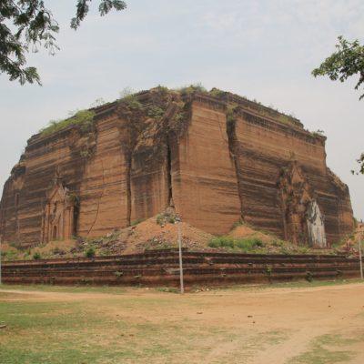 La que iba a ser la pagoda más grande del mundo, como podéis ver, se quedó a medio construir