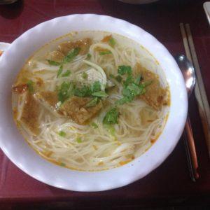 Muy buen Bun Cha Ca, una generosa sopa de noodles con pastel de pescado