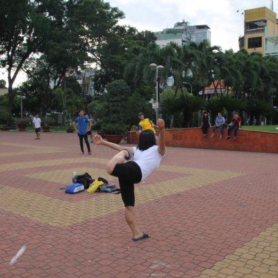"""Haciendo deporte, jugando al """"badminton de pie"""" en el parque 23/9"""