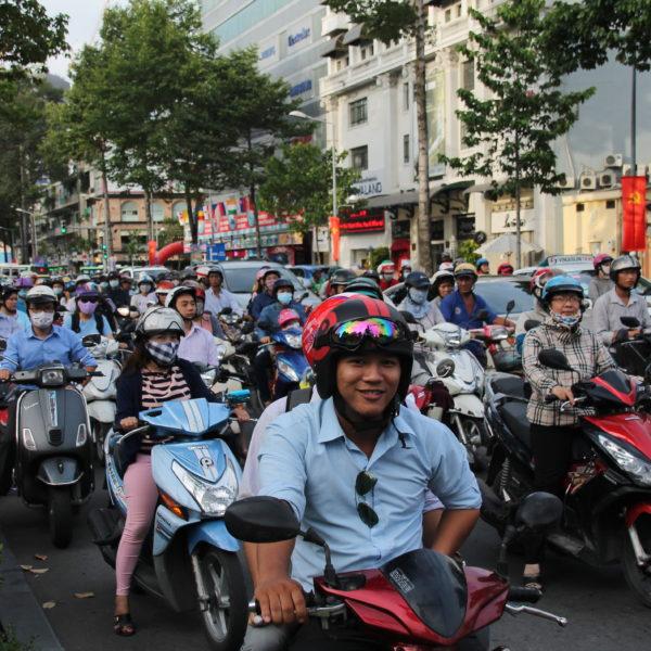 Las motos se agolpan en los semaforos y tienen en muchos casos 2 carriles de uso exclusivo