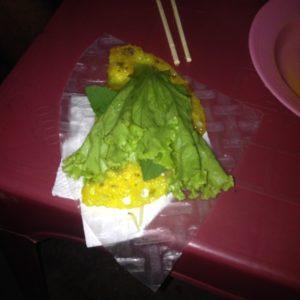 """El Banh Xeo se coloca sobre este """"papel"""" transparente (que no supimos qué era) y se enrolla con lechuga y hojas de menta"""