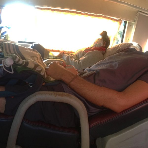 Aunque para Nico resultaban algo pequeños, pudimos dormir bien durante el trayecto