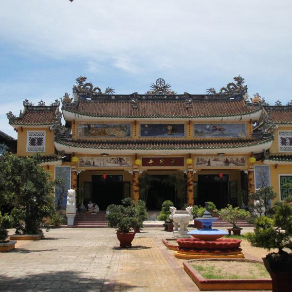 La mayoría de templos tienen un patio ajardinado frente a la entrada