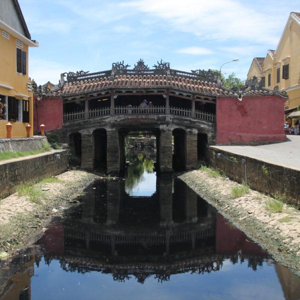 El bonito puente japones cubierto