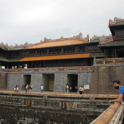 La puerta principal con varios accesos: para el emperador, el resto y elefantes