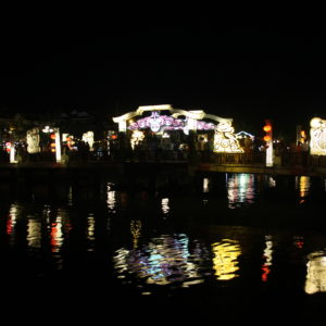 El puente de Hoi An iluminado de noche con algunos dibujos graciosos