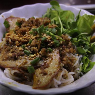 Y para terminar de completar la cena, noodles con cerdo y cacahuete