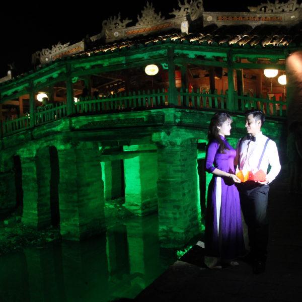 El puente japonés iluminado de noche es el lugar elegido por muchos novios para sus fotos de boda