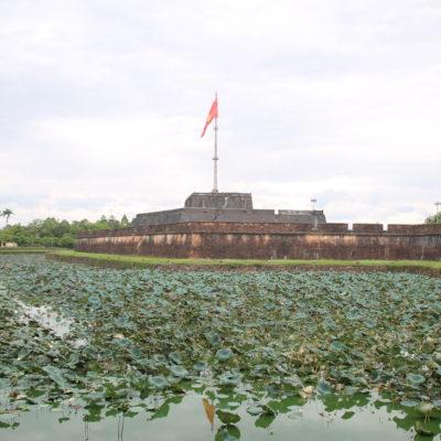 La entrada a la ciudadela donde reina la bandera de Vietnam