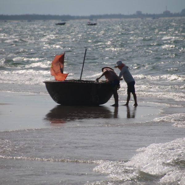 Los pescadores los arrastraban fuera del mar de dos en dos