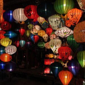 Cuando se hace de noche los farolillos se encienden y las calles se llenan de luces de colores