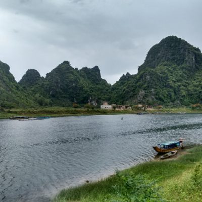 La vida junto al río entre grandes montañas karsticas