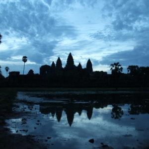 Aunque no tuvimos amaneceres espectaculares en Angkor Wat, el azul del cielo antes de que saliera el sol fue precioso