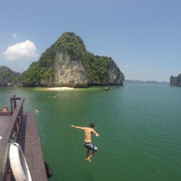 Saltando por la borda del barco se dió Nico el chapuzón en la Bahía de Halong