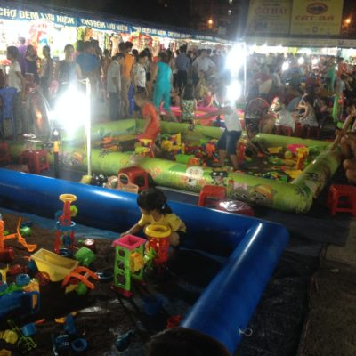 Estos parques infantiles del mercado nocturno nos parecieron muy buena idea para mantener entretenidos a los niños
