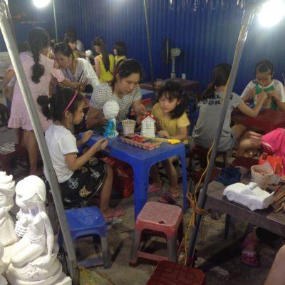 También fue curioso ver a niños, y no tan niños, pintando estas esculturas en el mercado nocturno