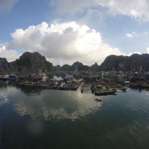 Y es que hay mucha gente viviendo en este pueblo flotante que vive de la pesca en la Bahía de Halong