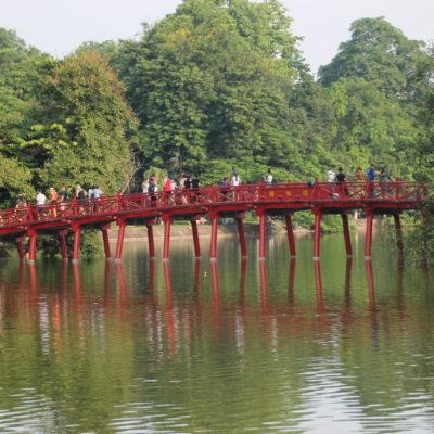 El puente que lleva al templo es una marca de identidad de la ciudad