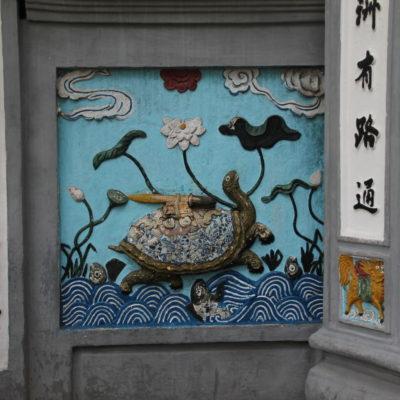 La tortuga está representada varias veces dentro y fuera del templo