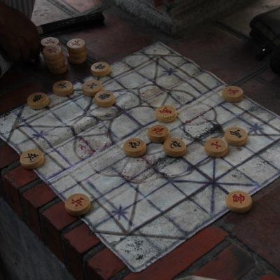 Resultó interesante ver a gente mayor jugar a este juego de mesa, que por supuesto no tenemos ni idea de cómo se juega